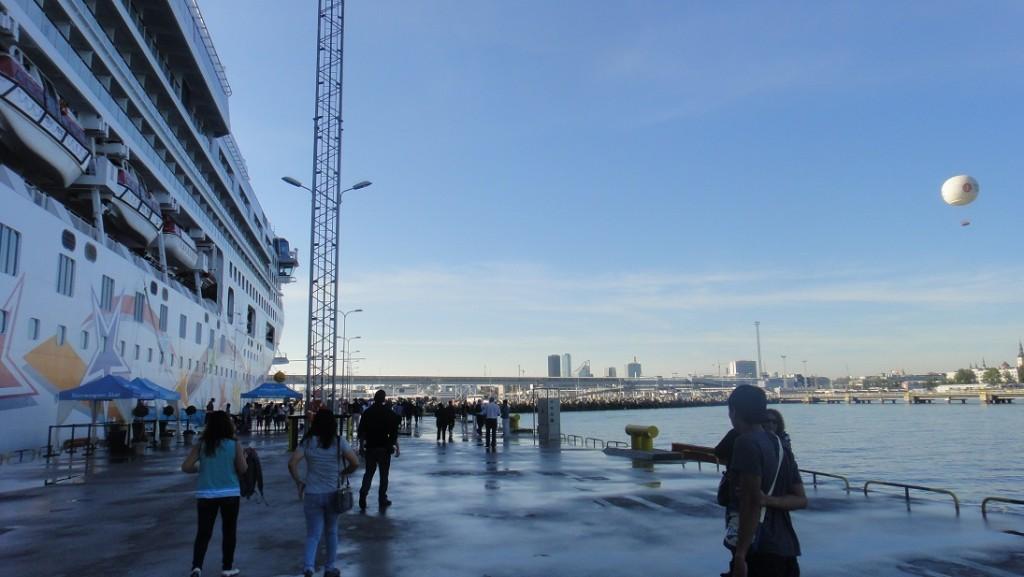 天微亮,一大早就到港了,趕快下船跟著大家走囉~