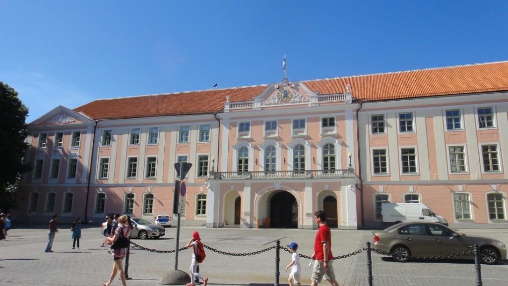 由座堂山城堡 Toompea castle 在十八世紀改建成的巴洛克風格國會大廈