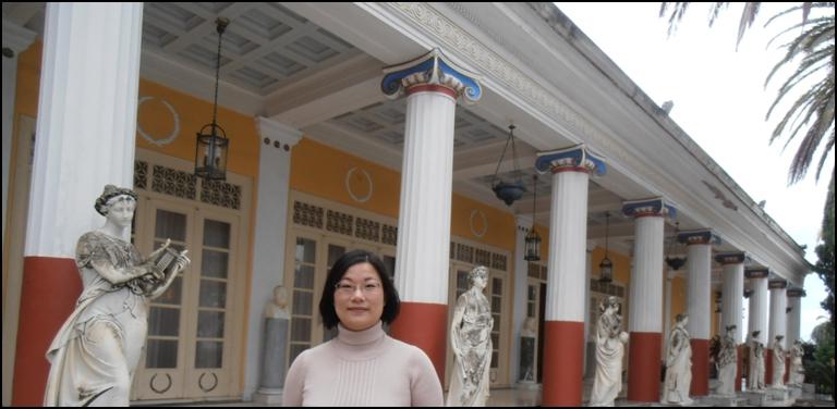 迴廊柱前的女神雕像