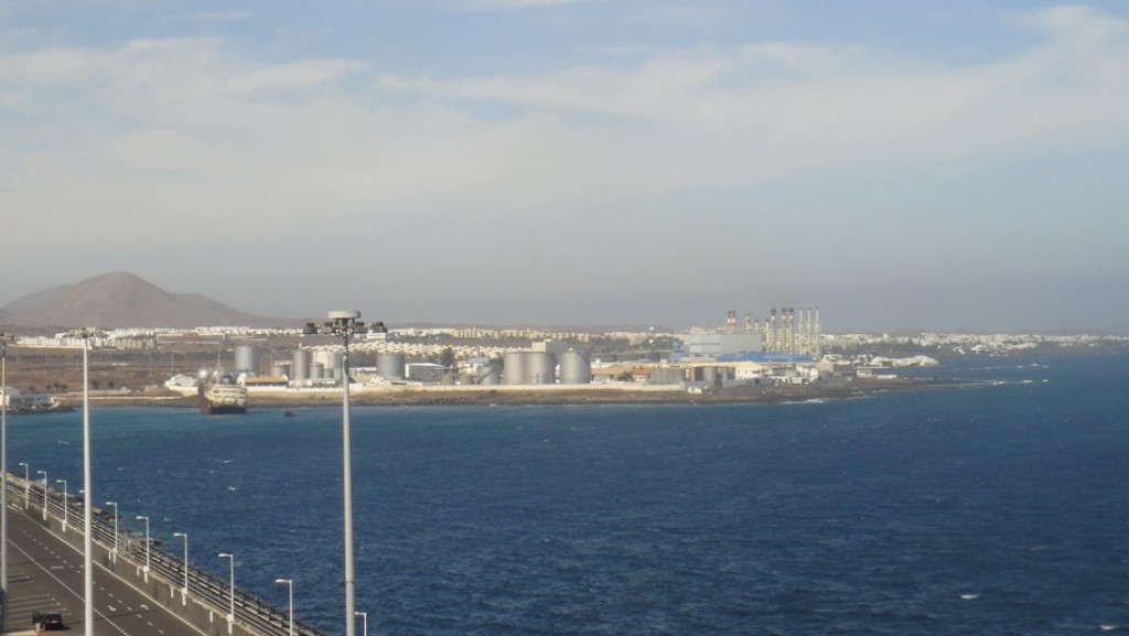 Lanzarote 是沙漠氣候,水源不足,遠方這就是海水淡化廠喔~