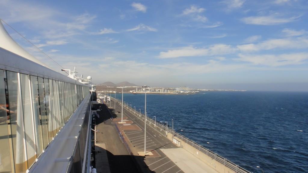 郵輪停靠在長長的碼頭