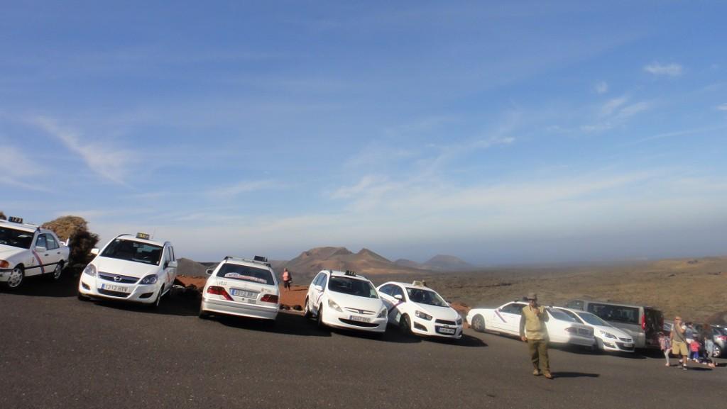 因為停車場是設在火山的山坡上,真的很斜耶~ (大家應該知道越上面越斜吧),我都很怕那些(這張沒照出來的)遊覽車會翻倒耶~