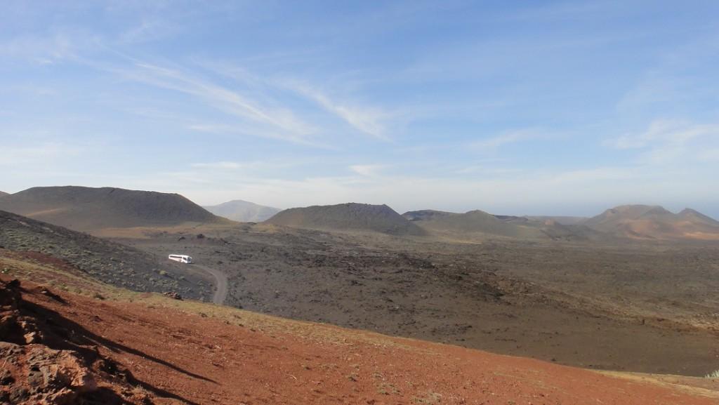 遊覽車走在由火山噴發形成的月球表面 ^^