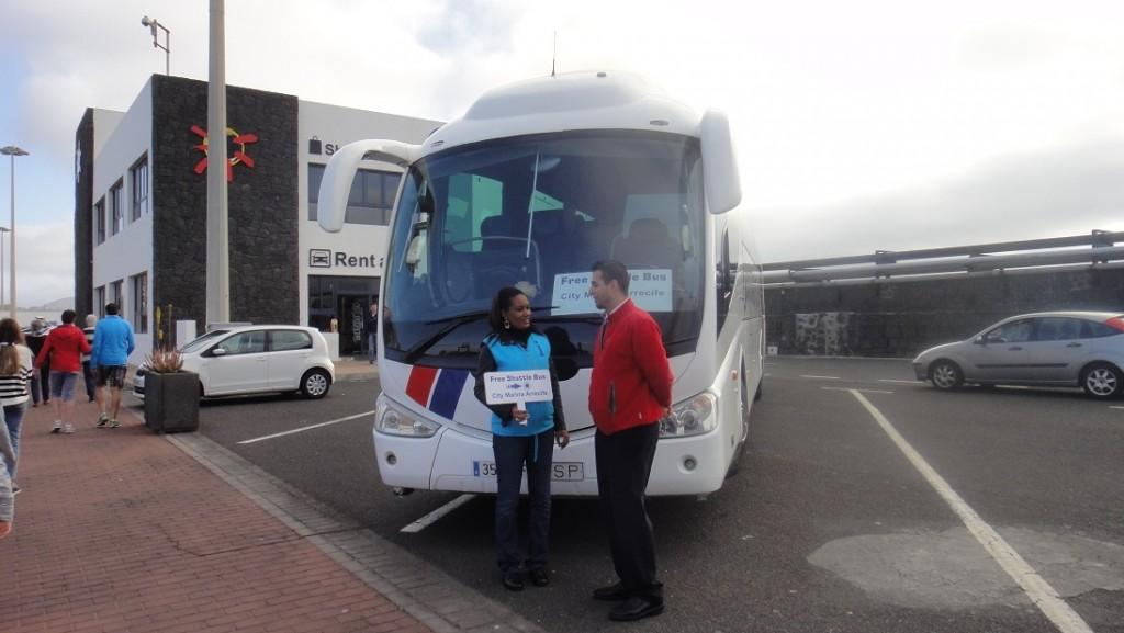 碼頭上可以看到 Lanzarote 提供免費接駁巴士的乘車處