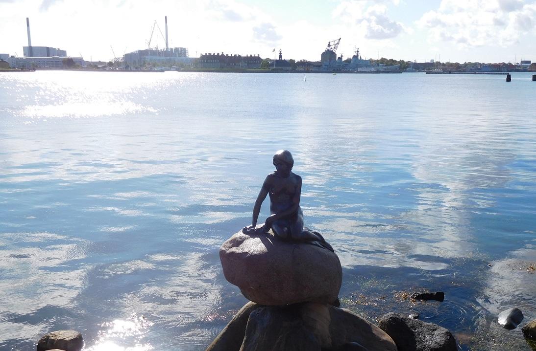 在哥本哈根港口邊的小美人魚銅像