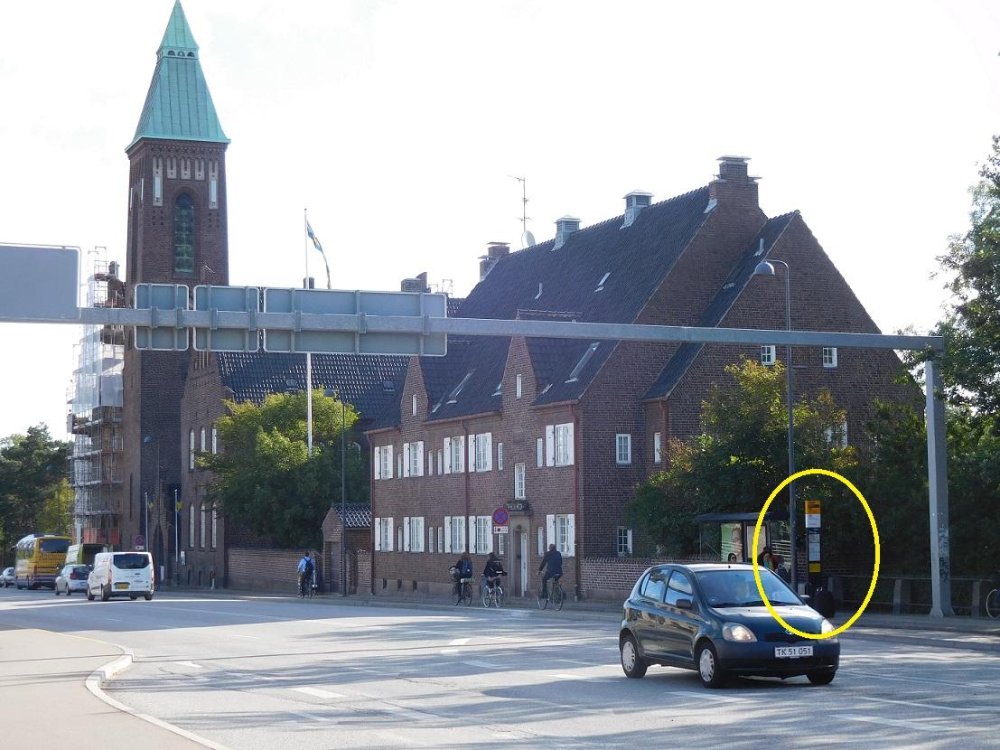 黃色圈圈裡就是我們等一下要搭公車的站牌