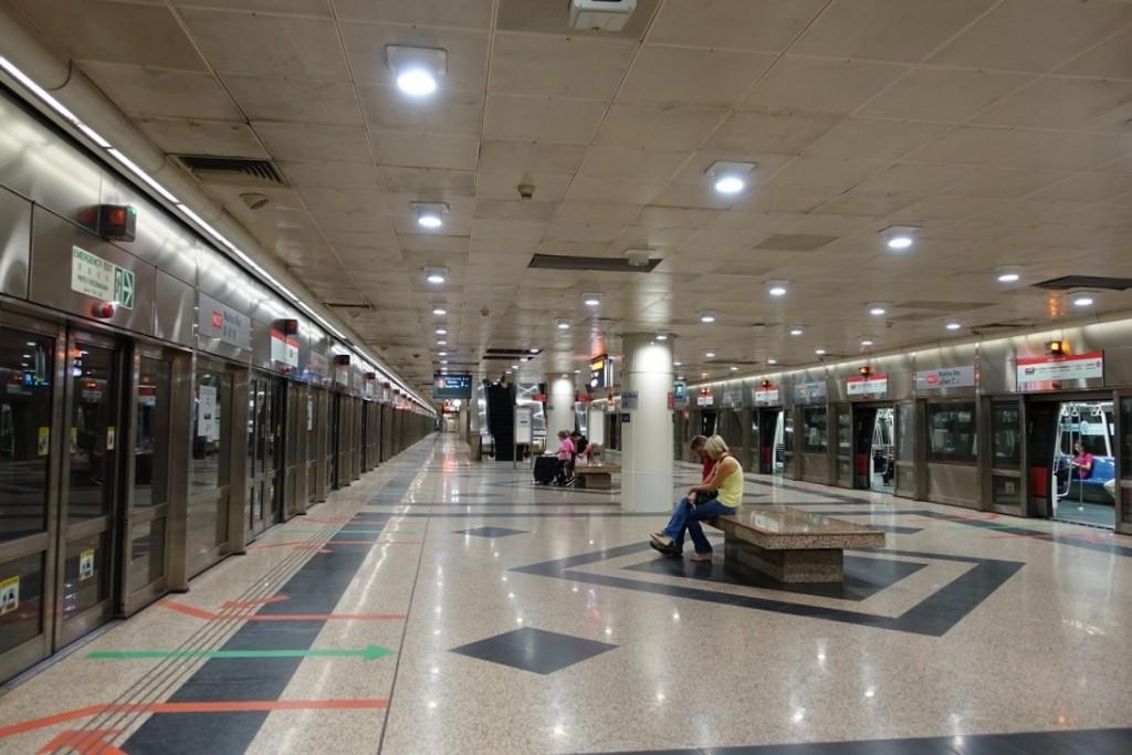 新加坡捷運站也是不能吃東西的喔~ (要保持這麼乾淨,真不容易哪)