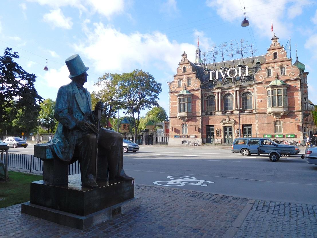 望著 Tivoli 遊樂園的安徒生銅像