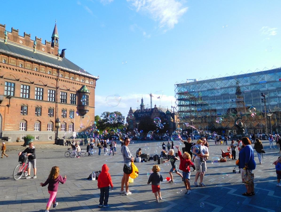 廣場上快樂嬉戲的孩童
