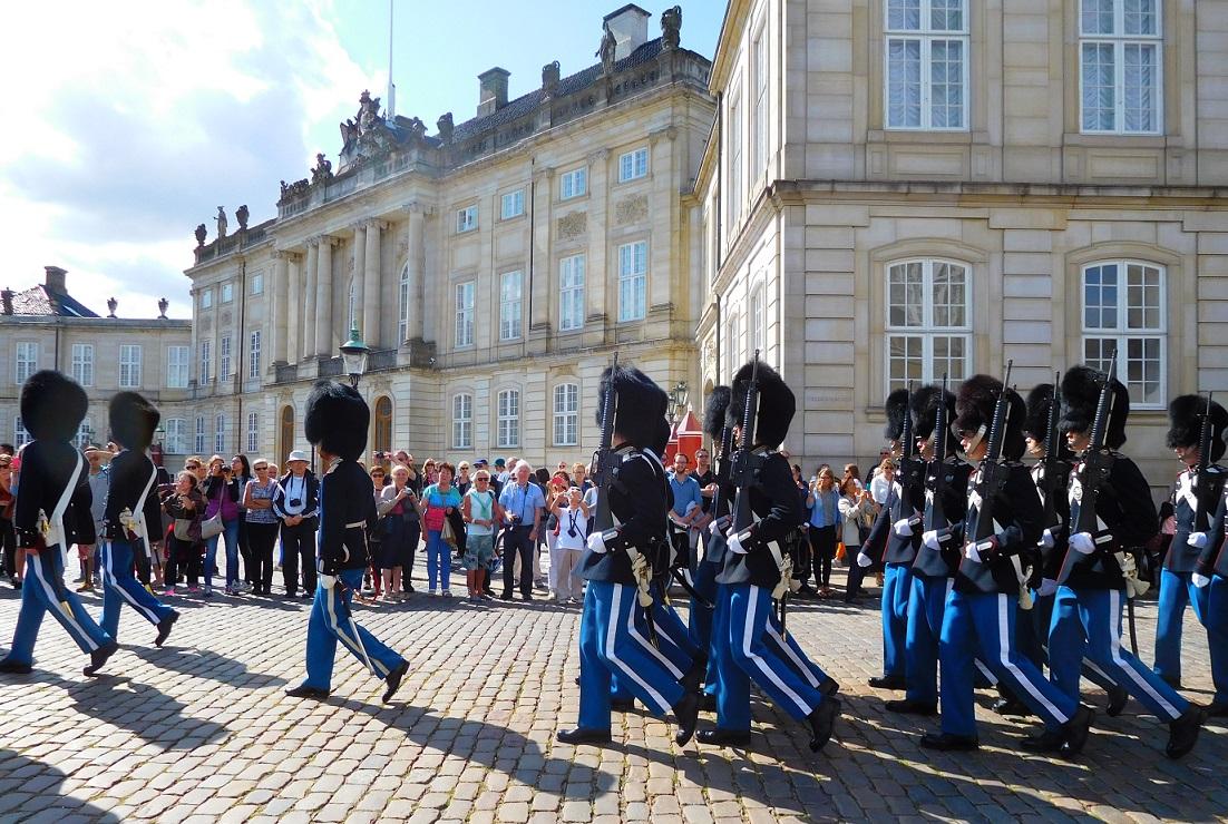 丹麥皇室皇宮外的衛兵交接