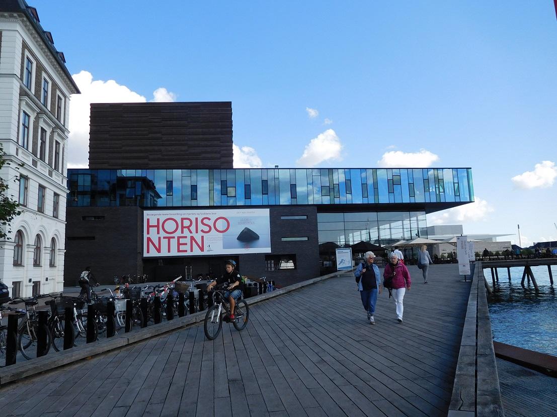 很有設計感的展覽館,話說北歐的小朋友騎腳踏車都戴安全帽的 .........