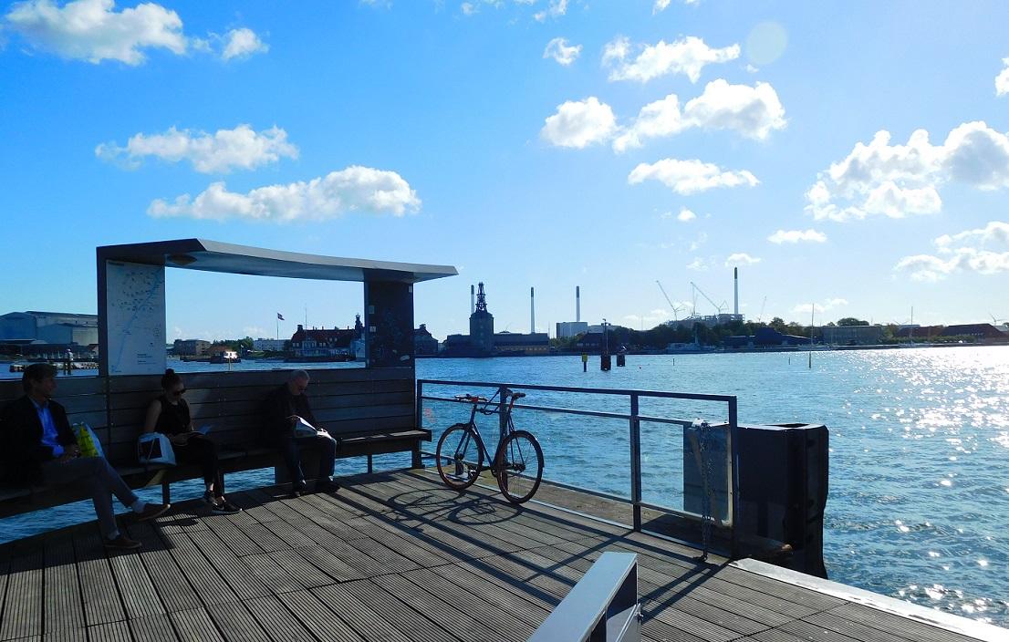 幾個人安安靜靜地在岸邊等交通船,連腳踏車都可以上船