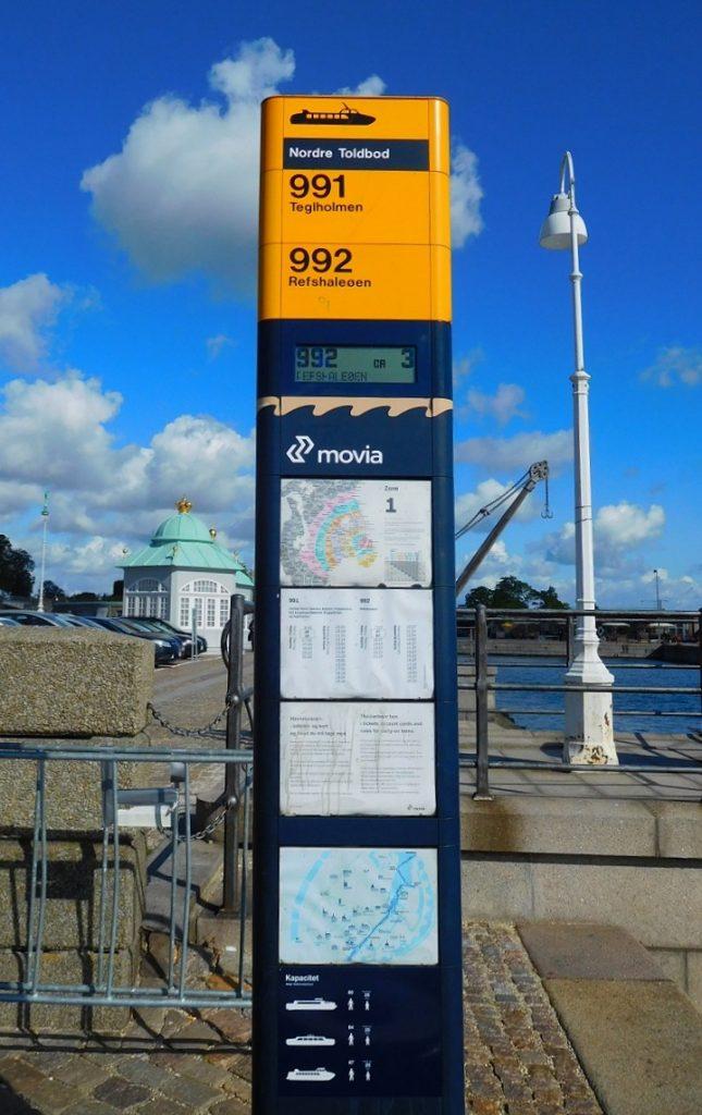 岸邊的站牌 .......... 原來是交通船的站牌啊~