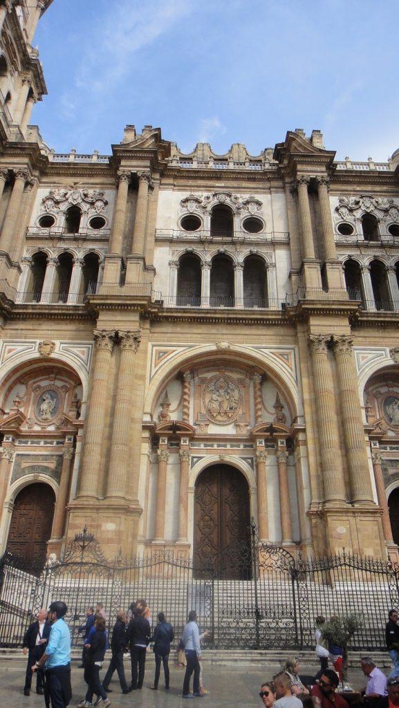 大教堂很大,沒辦法整個拍進去.........
