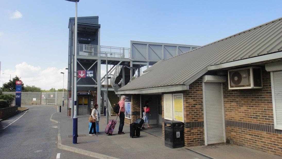可以選擇在後火車站搭往碼頭的公車 (99號)