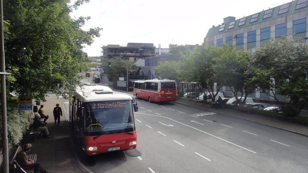 市中心的主要道路上有很多公車的停靠站