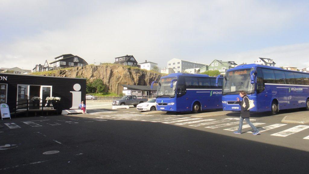 公車站就在碼頭的遊客中心旁