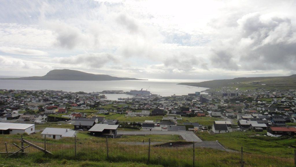 搭上岸上行程的巴士,從山丘上俯瞰 Torshavn