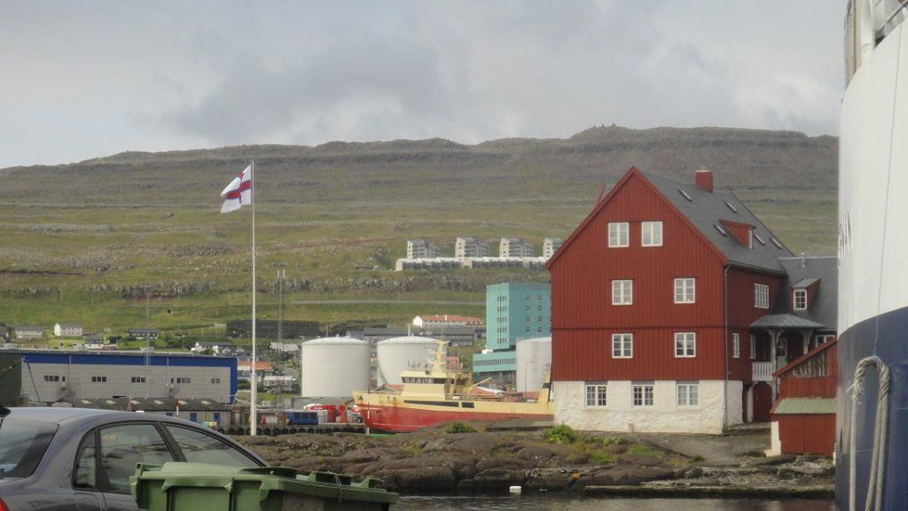 遠方飄著法羅群島自治區的旗幟