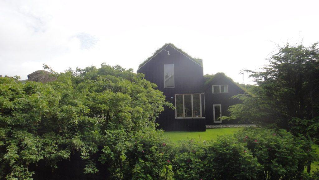 屋頂有草皮的傳統屋舍