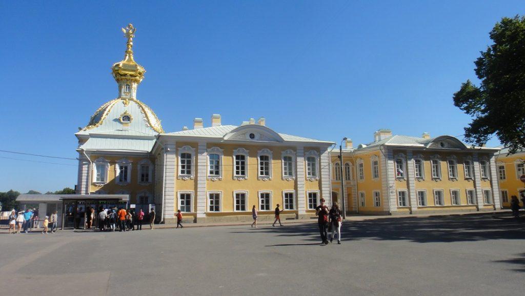 入口在 Peterhof 主體建築的側面