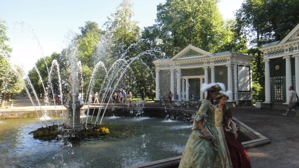 想試試古典俄羅斯裝扮?水池畔有服飾出租,滿足大家的好奇心和拍照的慾望 ^^