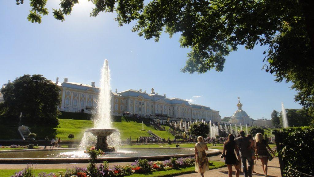 由另一角度看 Peterhof 的主建築
