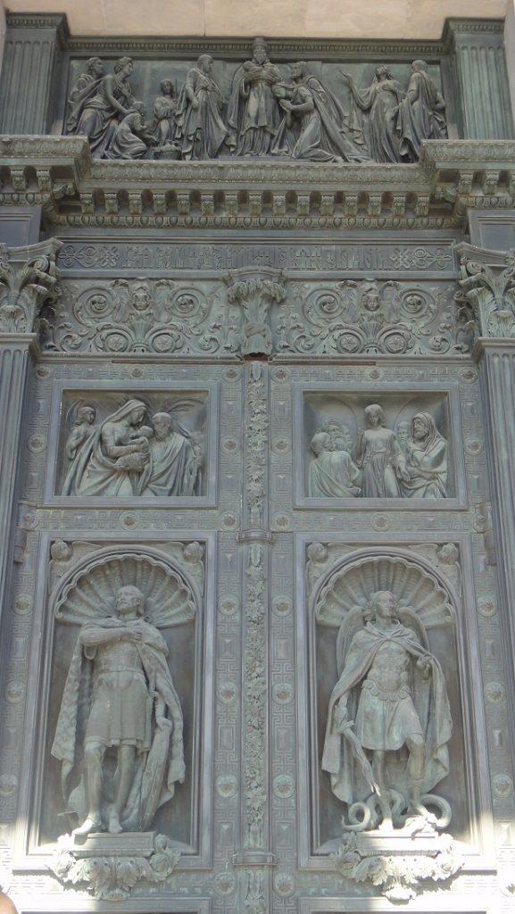 精緻的大門雕刻