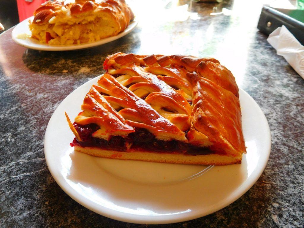 在郵輪上都吃很飽,中午就吃個當地人常吃的派 pie 果腹吧~