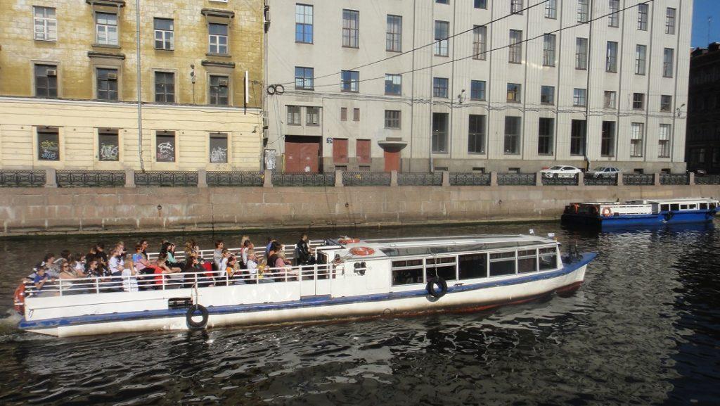 搭乘觀光船在聖彼得堡城市裡穿梭