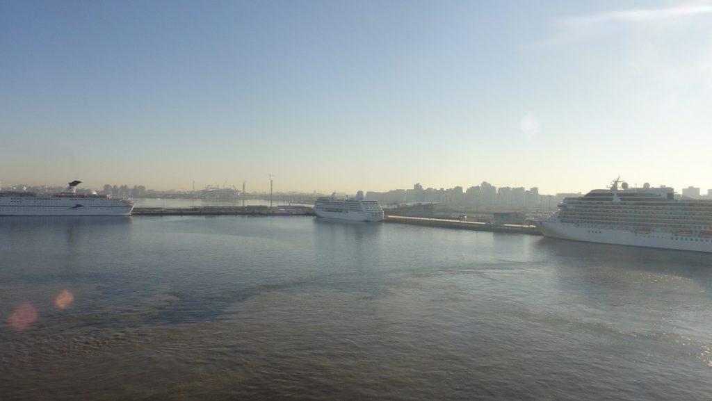 夏天果然是旺季,今天好多艘郵輪都停靠聖彼得堡~ ^^