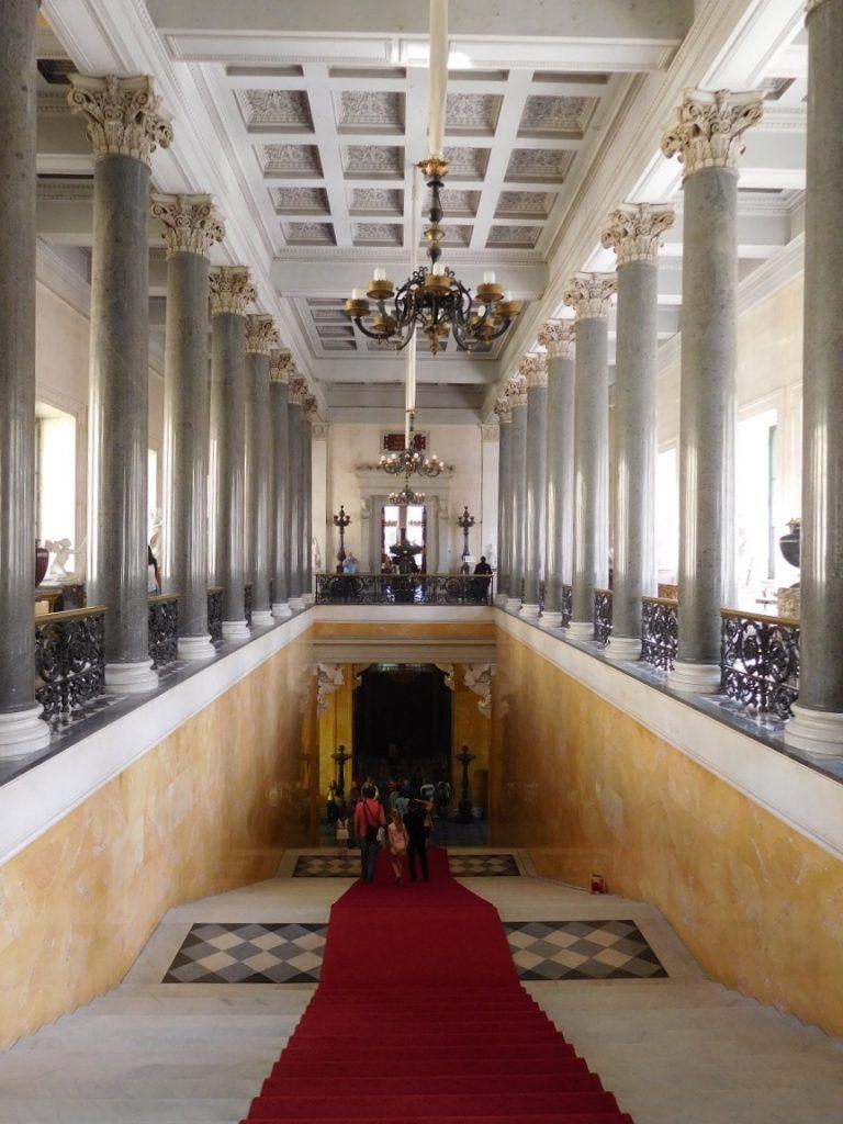 皇室建築真不是一個氣派可以形容,連裡面的樓梯都是這樣的氣勢
