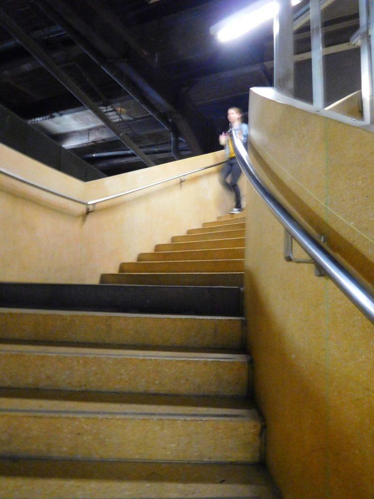 這裡的樓梯倒是有一點髒髒舊舊的