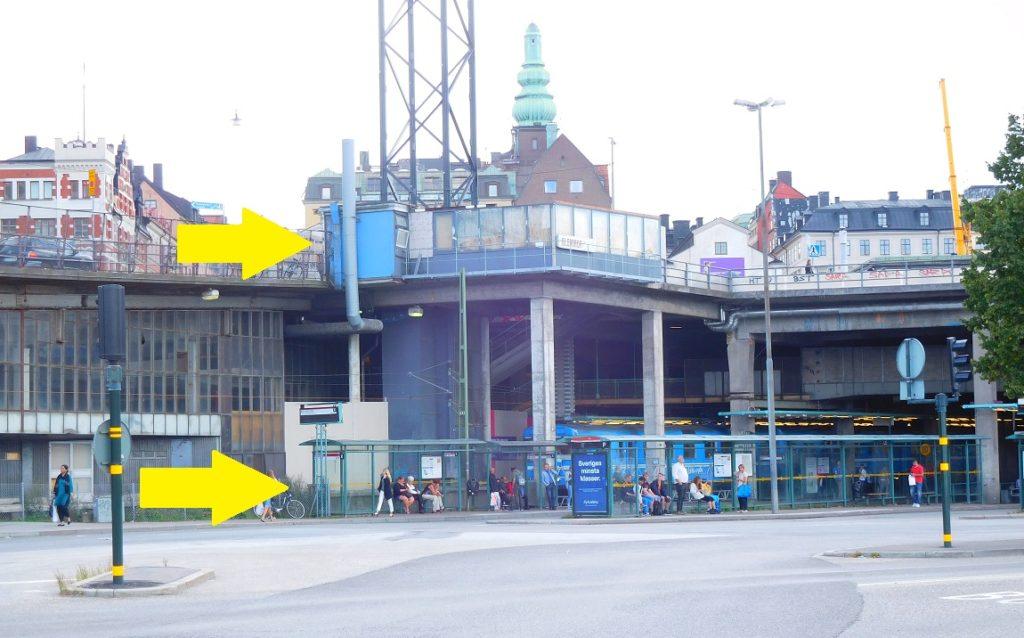 仔細看,公車總站有兩層,我們要到上面那一層