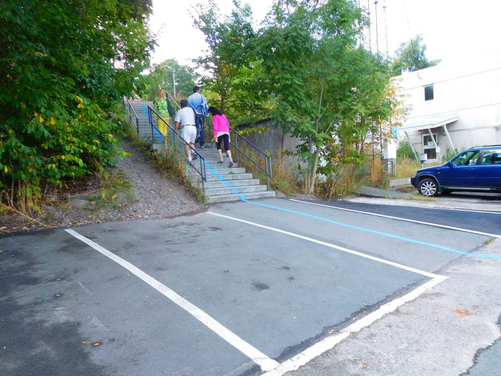 跟著地上的線走,爬一小段階梯