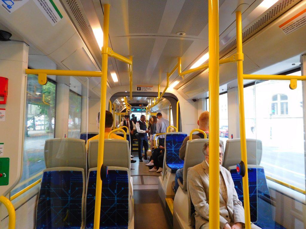 公車內非常乾淨 (會查票喔~~)