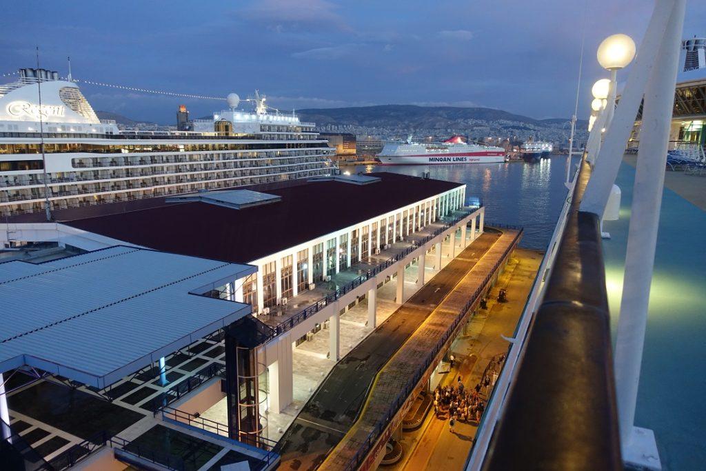 天還沒亮,我們的郵輪就已經抵達 Piraeus港口了