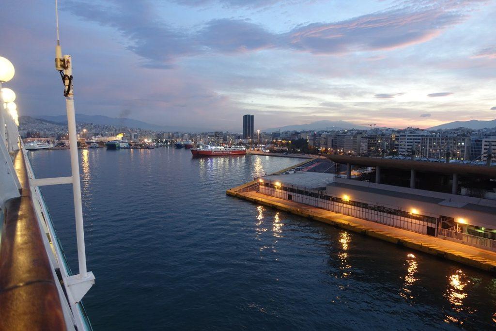 沿著港口的弧度,可以看到其他碼頭也有不同船隻停靠