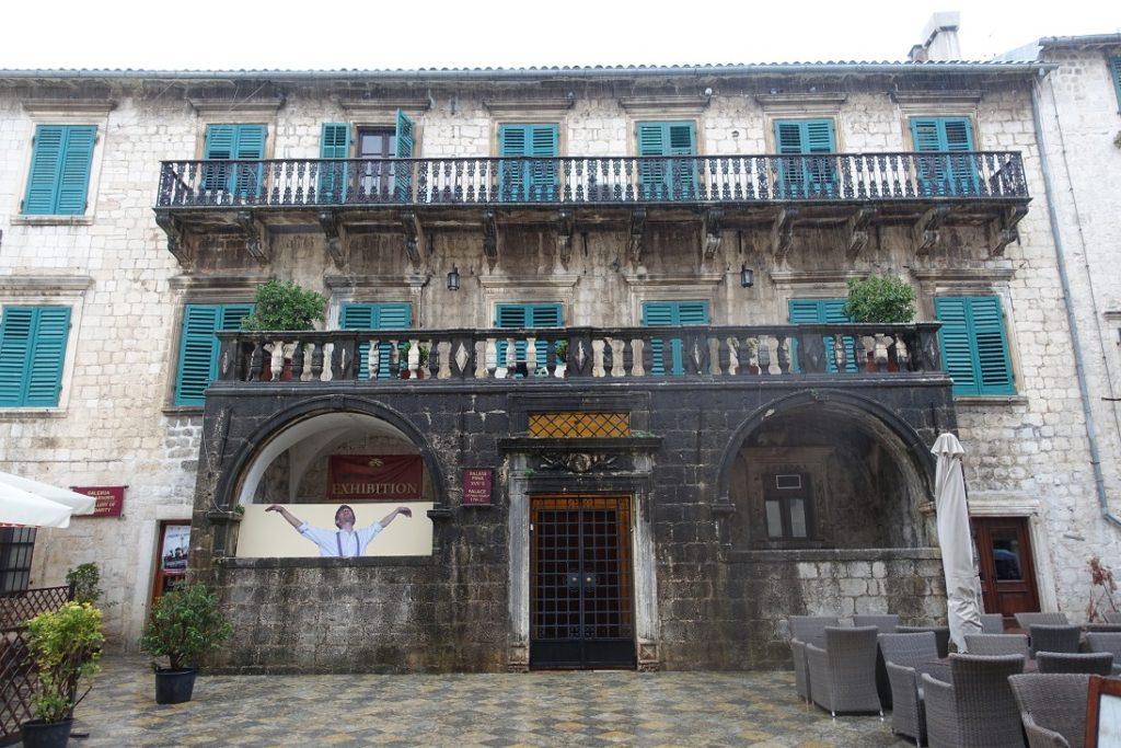 古城中有許多經過數百年斑駁歲月的皇宮 (palace)
