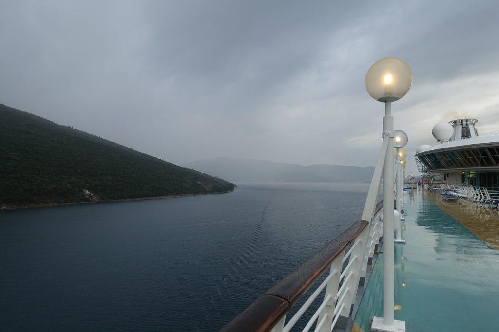航行在峽灣裡的郵輪,景色相當壯闊