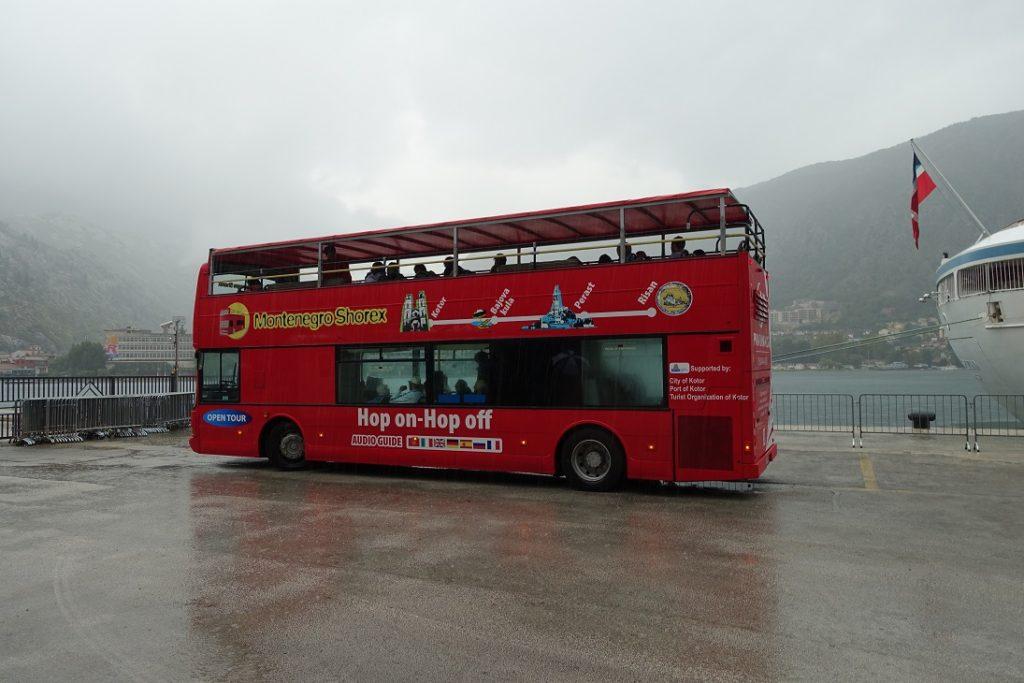搭 hop-on-hop-off bus 的位置就在碼頭旁