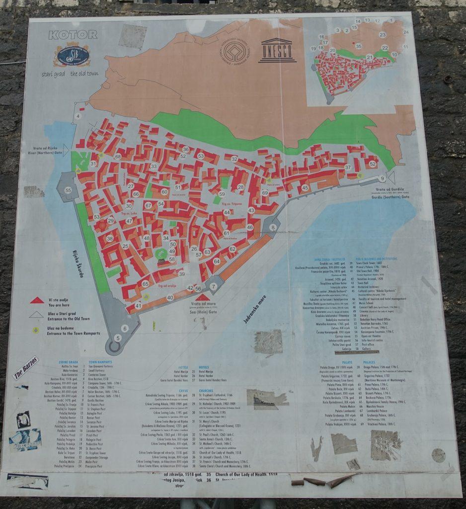 城牆上的 Kotor 觀光點介紹,除了古城之外,附近還有蠻多值得參觀的景點