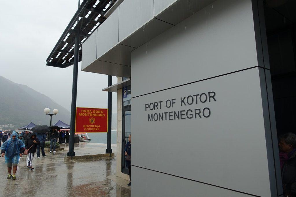 這個簡單的招牌和建築,就是 Kotor 碼頭的全部了 ><