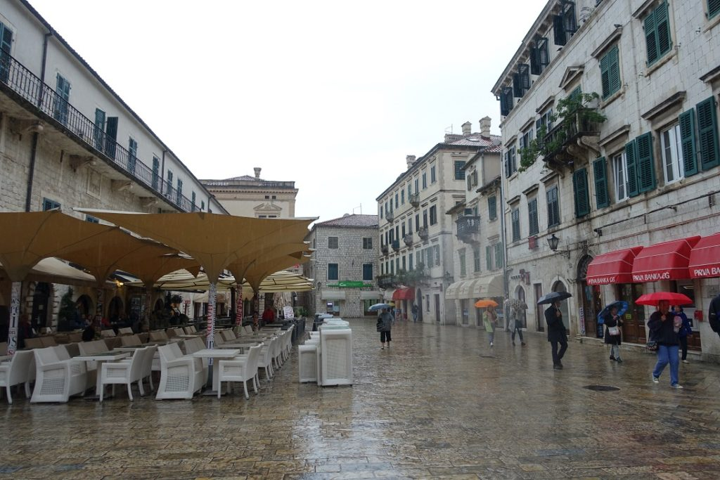 廣場旁左邊這不顯眼的建築,是以前的皇宮 (palace)