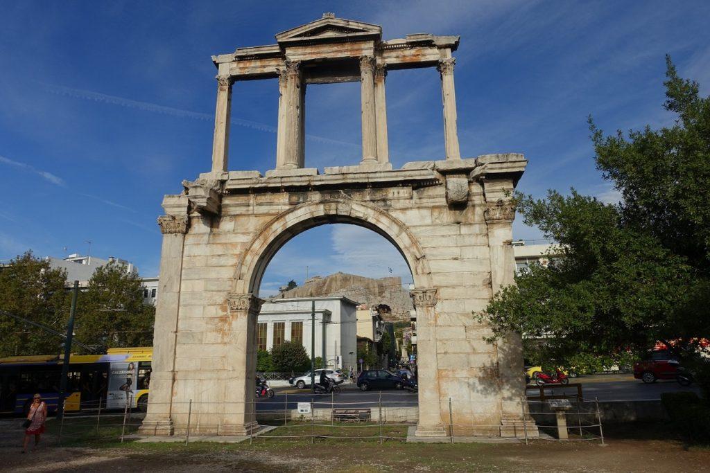 哈良德拱門,透過拱門可以剛好看到位於山丘上的衛城