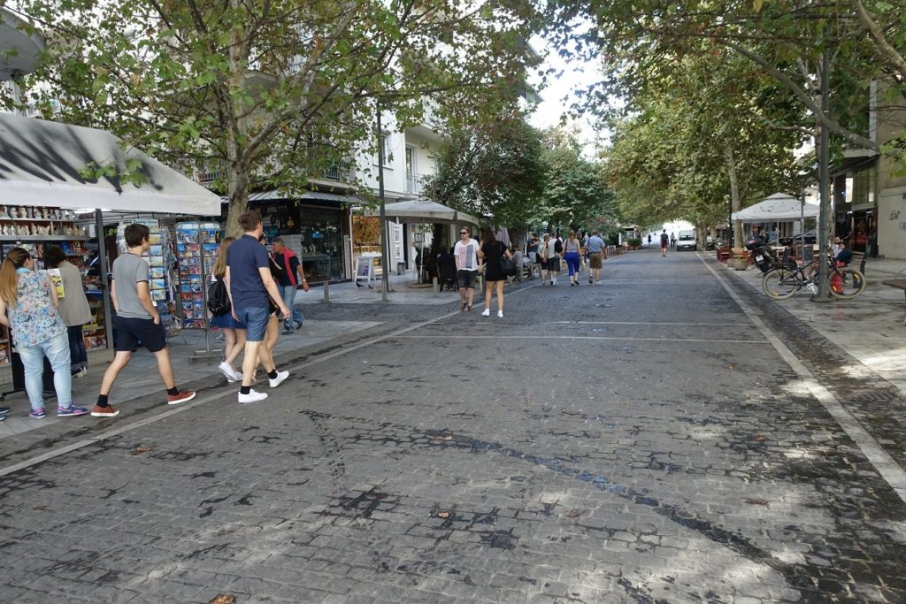 走進這條旁邊有賣紀念品的街道,直直走就會到衛城和博物館了