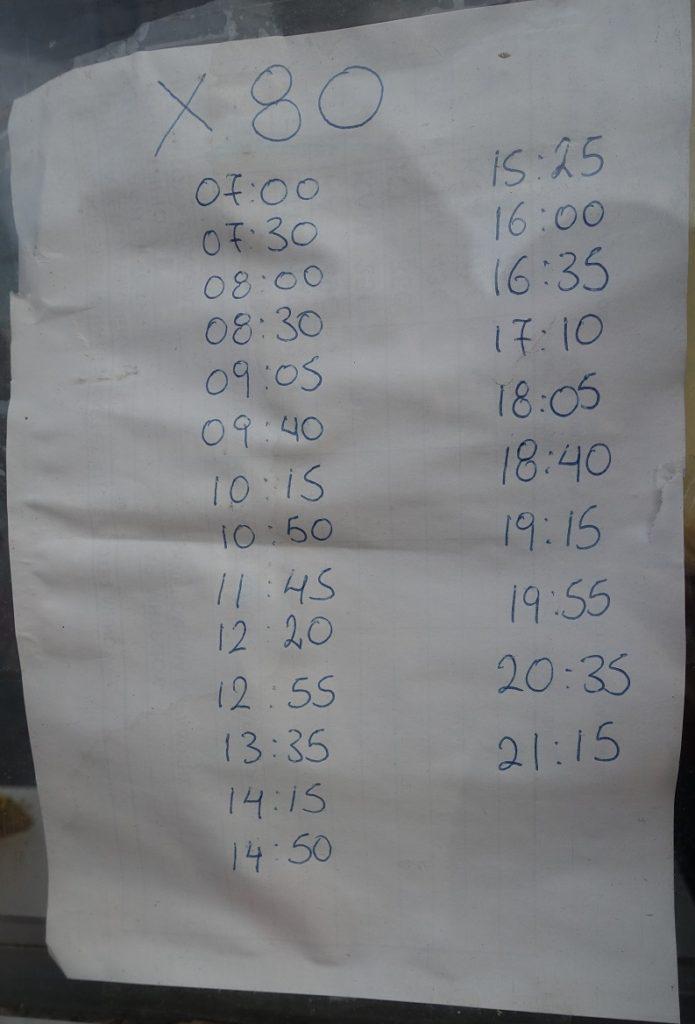 售票亭上貼的簡易時刻表 ( 這也太克難了吧~ 希臘真的有那麼窮嗎?)