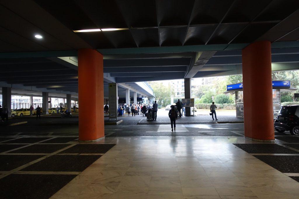 出航廈後旁邊會有很多計程車,跟著大家靠左邊走