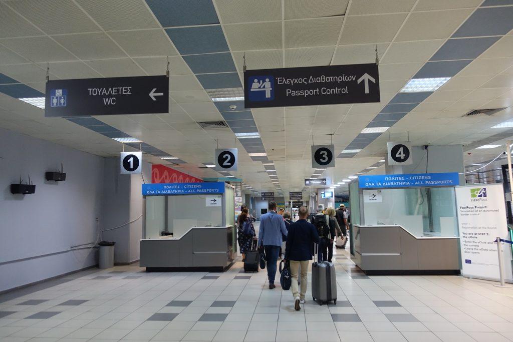 雅典也經常作為郵輪的起終點,所以航廈內有設護照的檢查站,不過我們這次只是經過雅典,就直接走過空曠的大廳