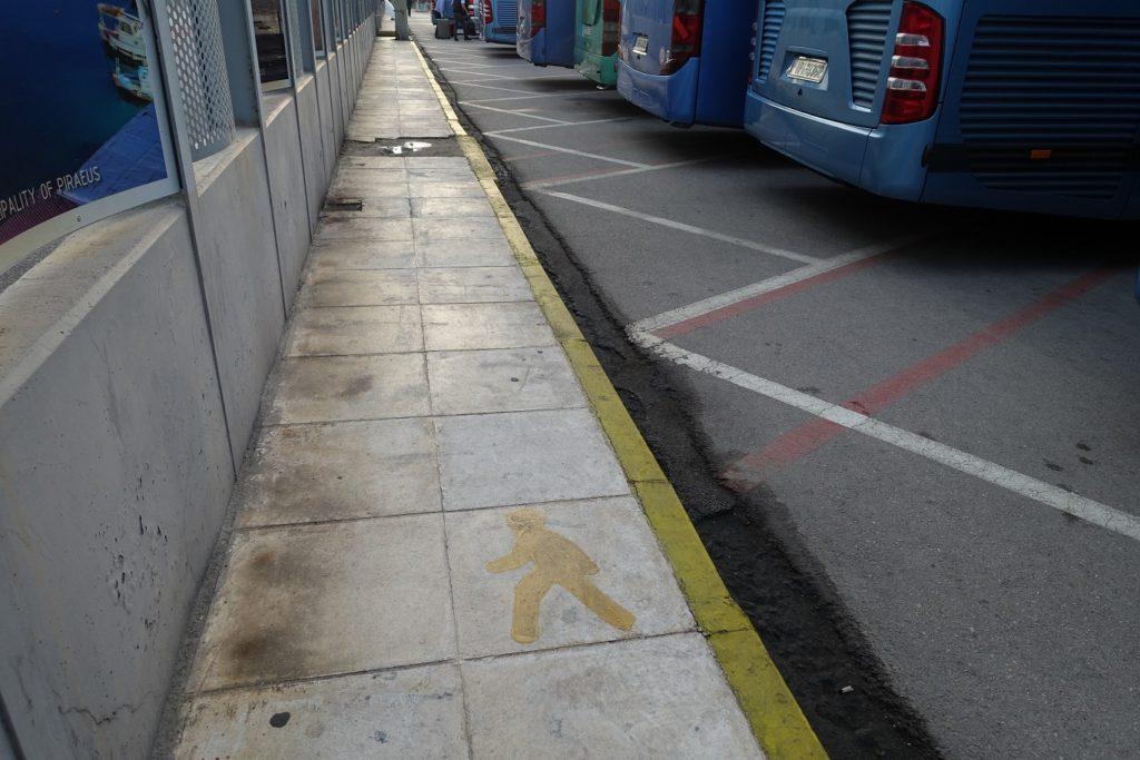 看到地上有黃線的指標,比較安心 .......